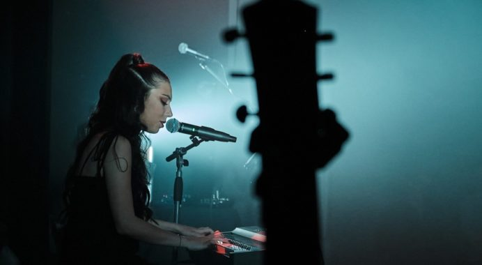Alba Robles presenta '7th of June', su primer videoclip de directo rodado en Barcelona